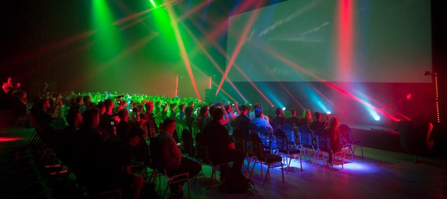 Die Präsentation der Drohnen wurde durch eine Lichtershow unterstrichen